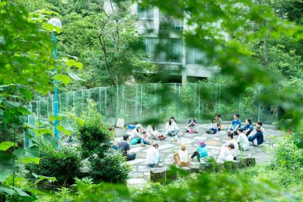 森の中で感覚を研ぎ澄まそう-音と視覚、触覚のワークショップ-